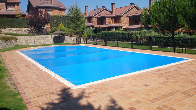 Cobertor para piscina de protecci n iber coverpool for Piscina hinchable cuadrada